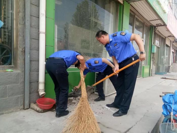 """济南:济阳""""行走城管""""志愿者卫生大扫除"""