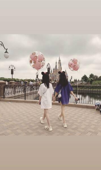 打扮时髦秀长腿 李嫣与闺蜜开心同游迪士尼