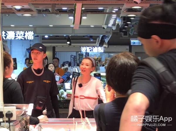 55岁张曼玉录制综艺《少年可期》潮酷装扮在街市买菜