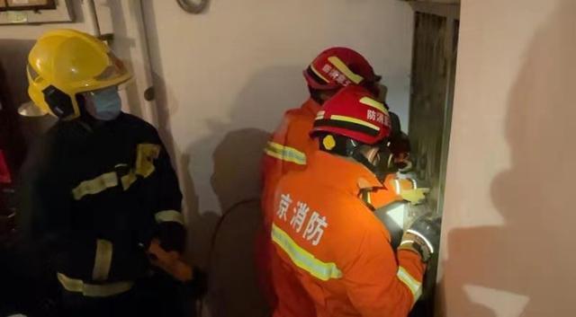 89岁独居老人家中摔倒,消防员紧急破门救助