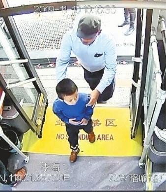 3岁男孩家门口玩耍失踪 搭公交车睡了42公里