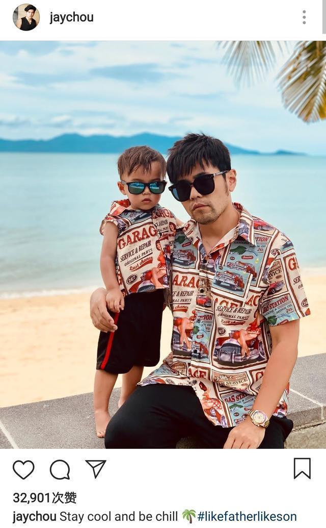 周杰伦和儿子穿亲子装海边度假,两人戴墨镜露同款严肃脸