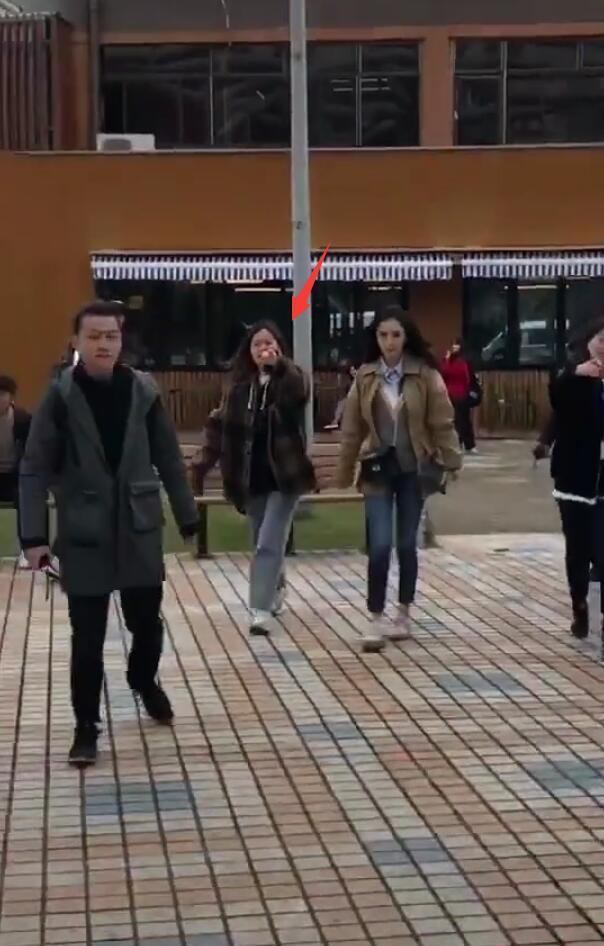 网友偶遇杨幂拍戏,女助剪发现被拍跋扈手指粉丝:不要照了!