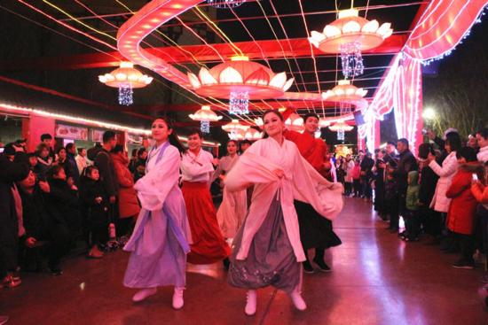 【我们的节日·春节】济南方特新春灯会开幕,首日迎来两万人赏灯