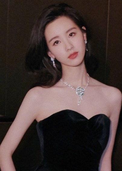 陈都灵活动图片惊艳!网友:简直就是刘亦菲和奶茶妹妹的组合体!