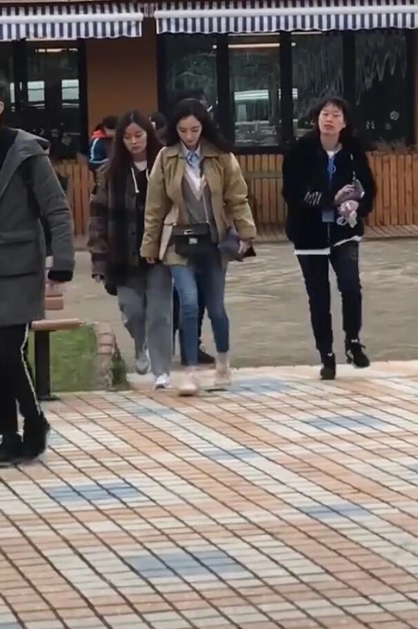 网友偶遇杨幂拍戏,女助理发现被拍嚣张手指粉丝:不要照了!
