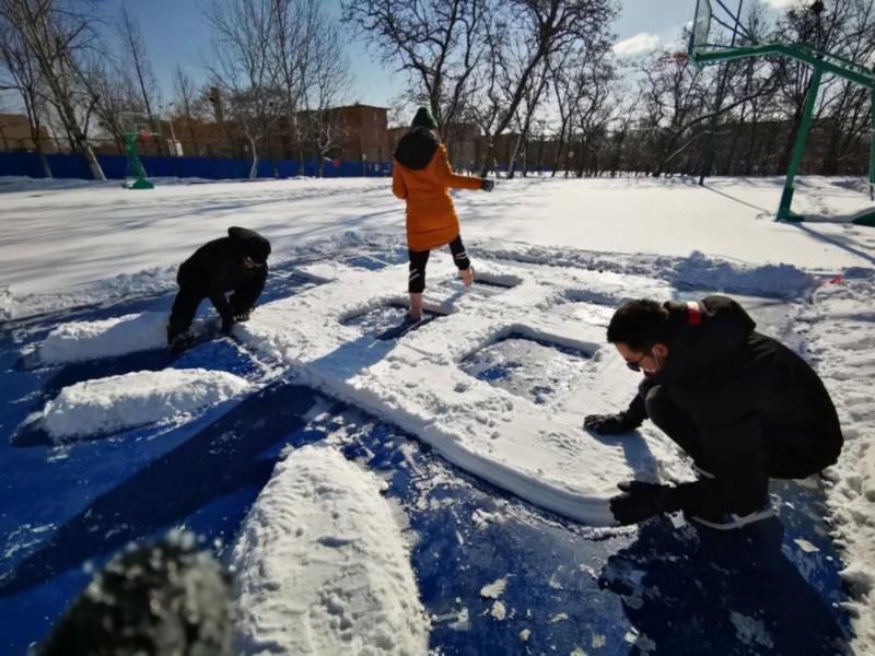 """玩雪玩出""""新高度""""! 雪后大连理工惊现巨幅画作"""