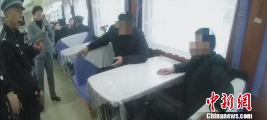 """男子醉闹列车""""霸通道"""" 铁警联动处置俩醉汉被行拘5日"""