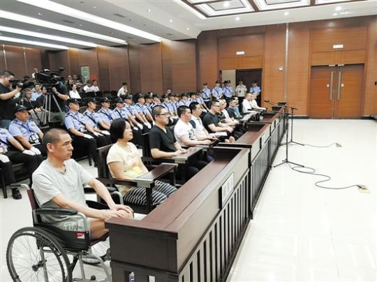 """""""黑老大""""传位给儿子 坐轮椅听判获刑16年半"""