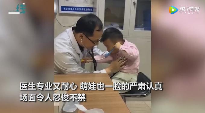 连哄带夸!医生声东击西式采血,网友:孩子让医生忽悠懵了,都忘了哭