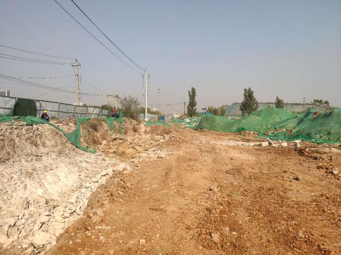 【啄木鸟在行动】刘智远城中村改造项目市政道路施工七标段 施工现场碎石堆积严重