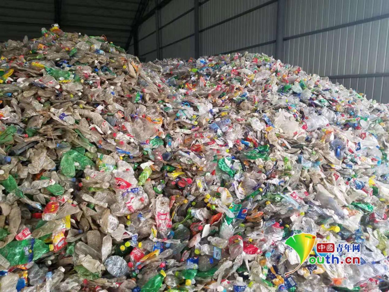 """揭秘阅兵仪式""""国旗红""""地毯:40万个废水瓶20多天赶制而成"""