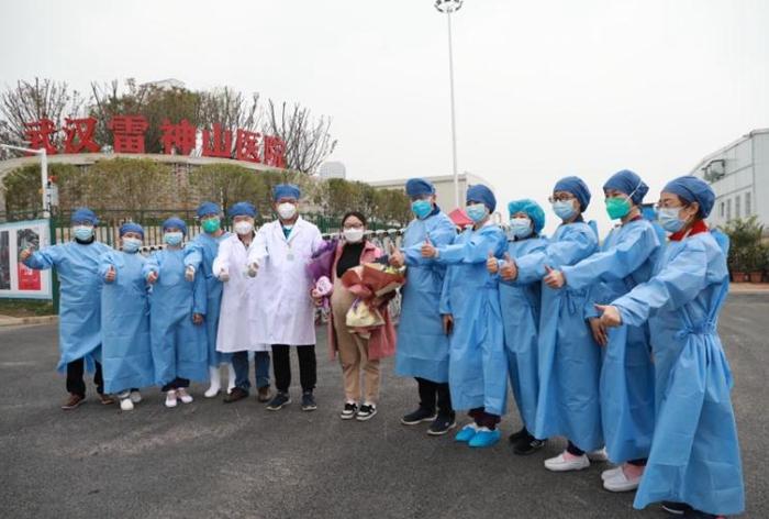 武汉雷神山医院首例孕妇患者康复