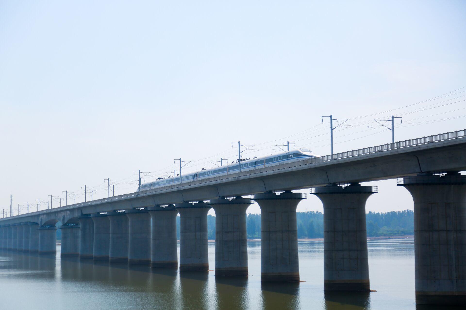 望岳谈丨小康路、幸福路、开创路,鲁南高铁开通意味着什么?带来了什么?