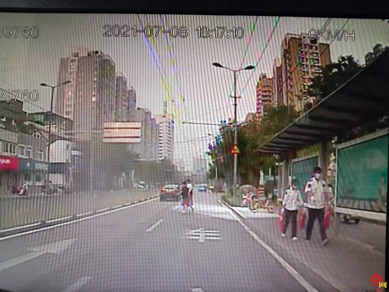 正能量!路边垃圾箱着火,济南公交驾驶员变身消防员