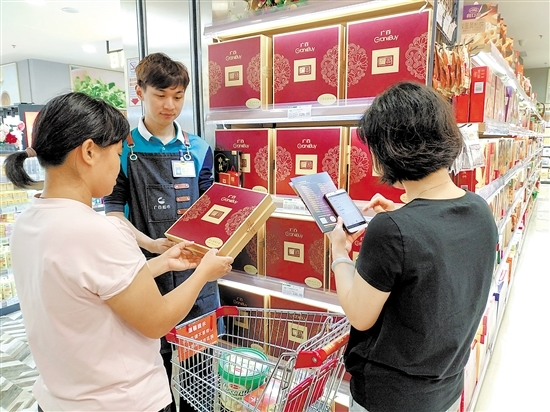 烧鸡月饼、麻辣小龙虾月饼……中秋节新式月饼走进市场
