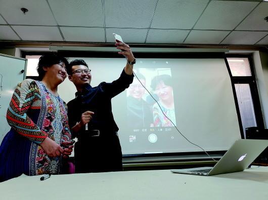 科技助老:志愿者手把手教老人用手机