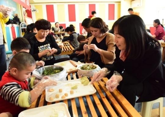 """""""迎新春 包饺子"""" 济南市按摩医院联合爱心企业举办脑瘫儿童融合活动"""