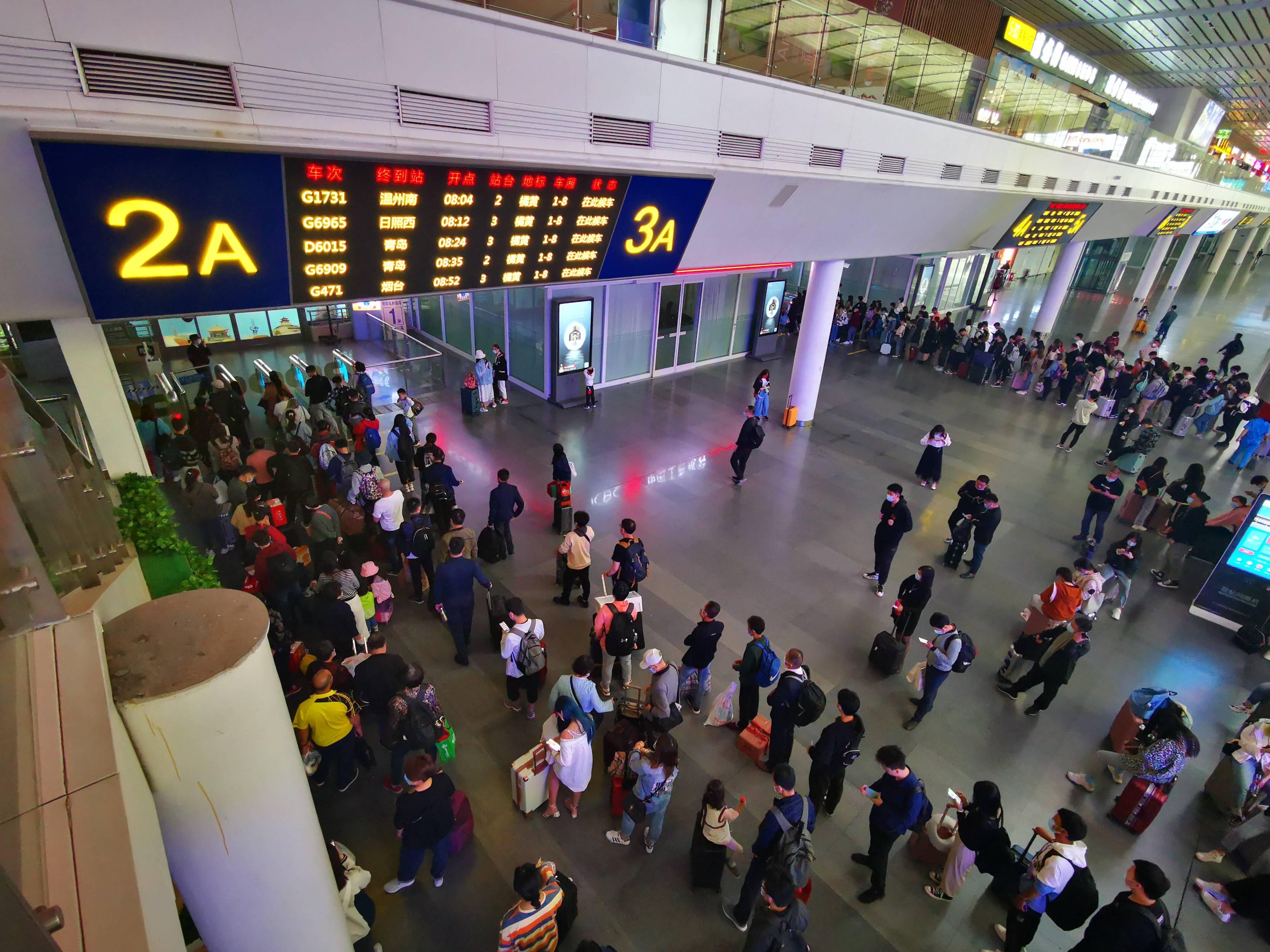 """贺州法制枣庄方向火车票售罄 北京、上海、杭州等旅游城市少量余票 """"最火""""五一出门有点挤"""