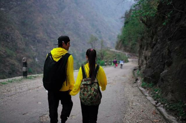 向佐碧婷游尼泊尔 穿黄色情侣装牵手同行显恩爱