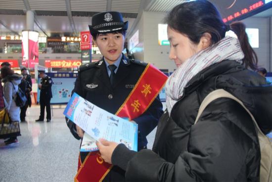 济南西站派出所联手兴福派出所开展110主题宣传日活动