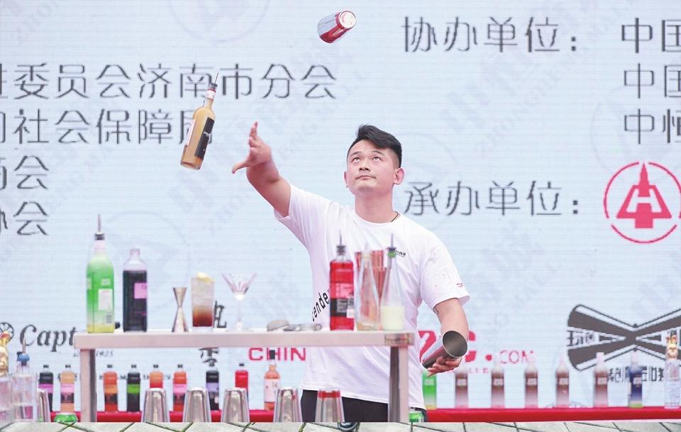 近距离看调酒师表演,随意品尝咖啡啤酒 2020济南酒店餐厨用品博览会开幕
