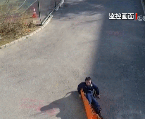 """讲课时快速出警让现场师生懵了!盘点消防员""""秒""""出警的各个瞬间"""