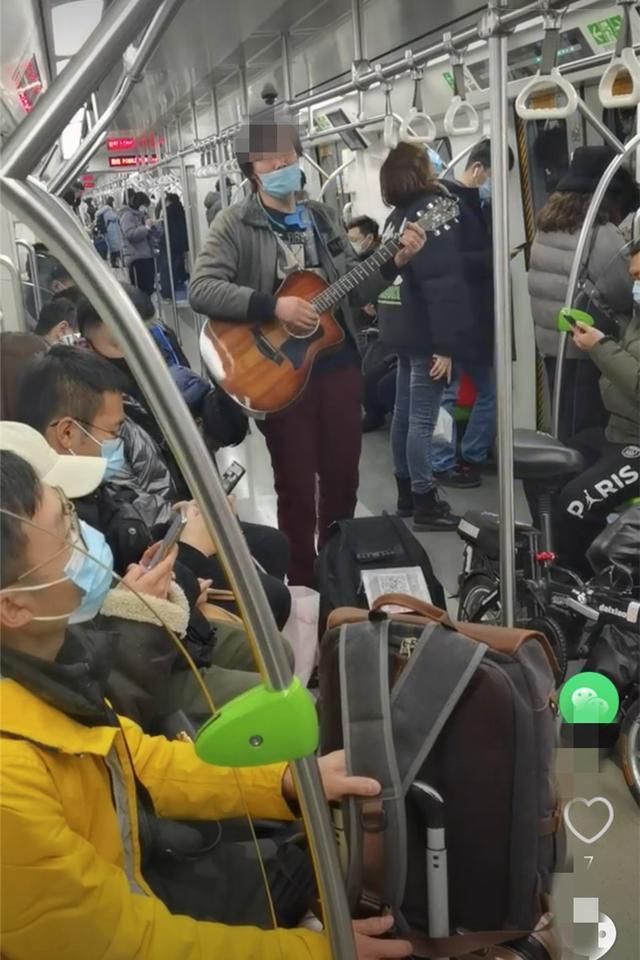 不守规矩的人太多!男子未正确佩戴口罩卖唱被行拘