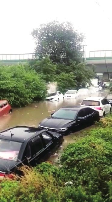 工业北路一岔路出现积水路边十几辆车遭殃