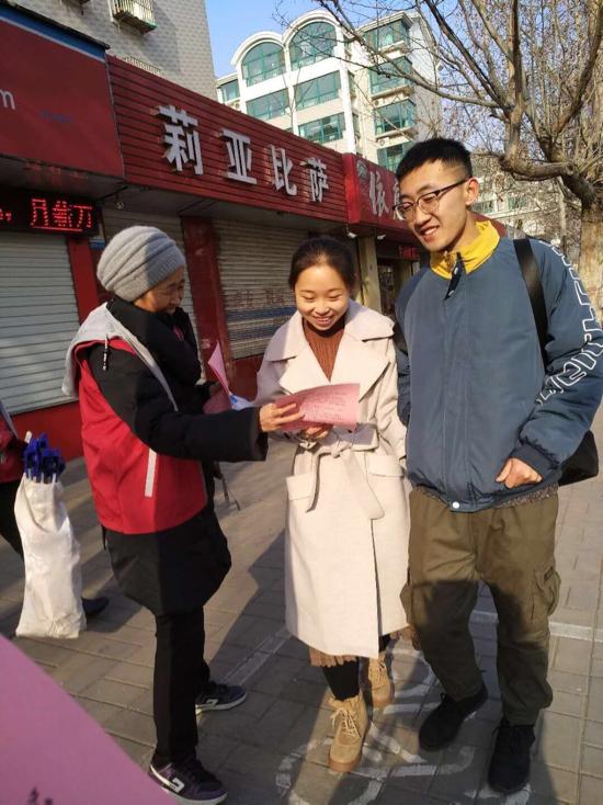 """为独居老人安装感烟探测器  宝华街街道为居民送""""春节安全大礼包"""""""