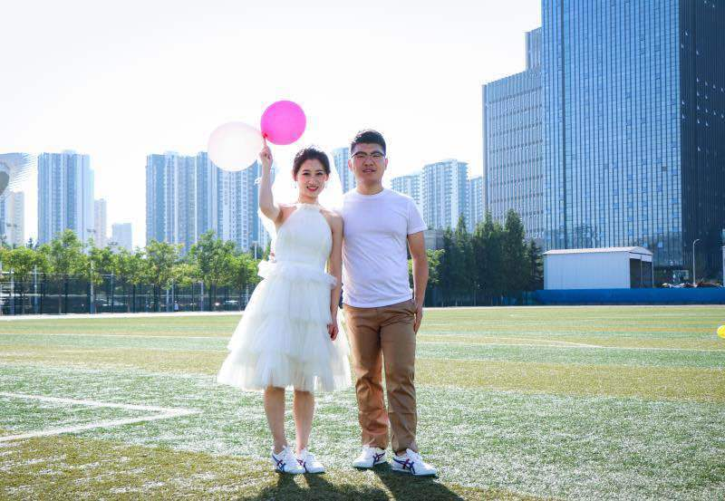 记录幸福瞬间:情侣毕业四年重返母校拍婚纱照