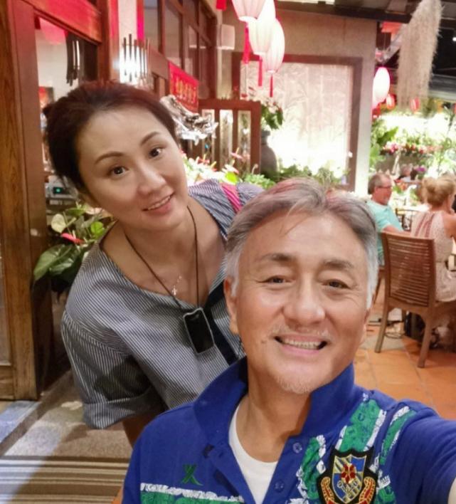 60岁吴岱融情人节晒照庆祝银婚,大方示爱将半亿房产划给妻子