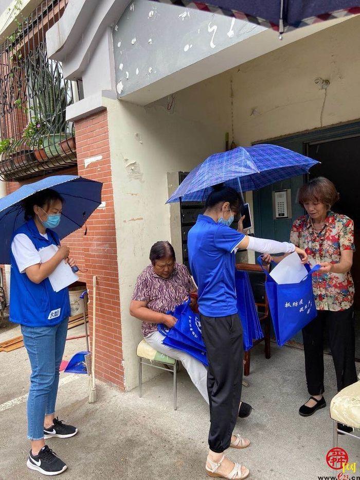老石沟村网格员开展安全宣传活动