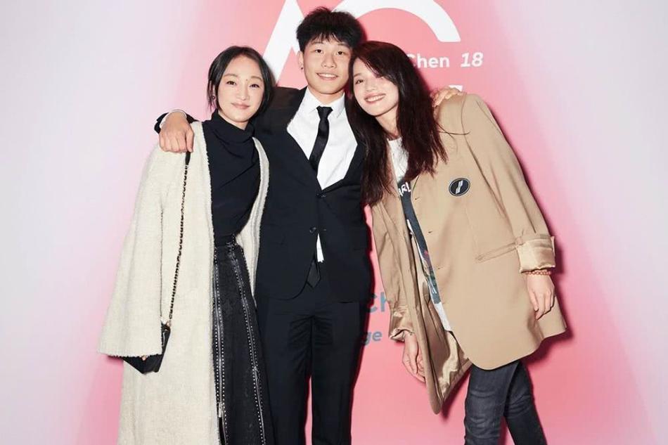 陈坤为儿子庆18岁生日 优优穿西装帅气有型