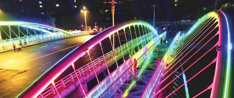 """济南钢城区""""钢桥博物馆""""夜灯闪烁照靓夜色"""