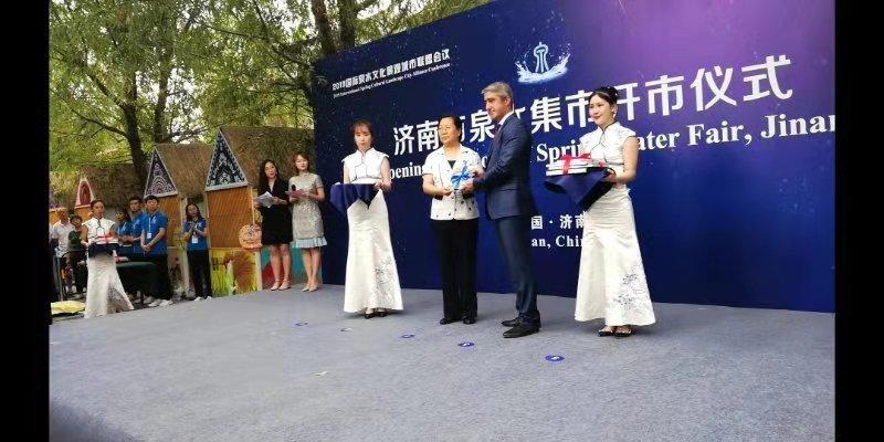 """2019济南泉水集市""""开市"""" 百余外宾组团感受泉水文化味儿"""