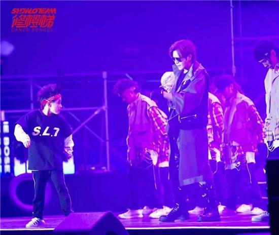 杭州10岁男孩抢镜罗志祥,尬舞陈伟霆!每年花10多万学跳舞