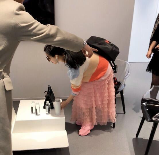 38歲范冰冰近照曝光,穿粉嫩長裙,淡妝顯清純