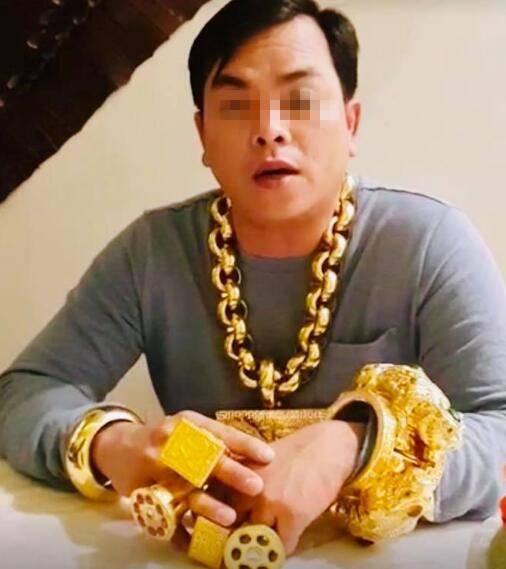 霸气外露!越南小伙戴13公斤黄金:我每天都这样