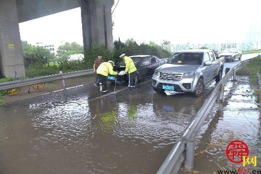司机误入涉水路段,齐腰水深慌乱求助交警