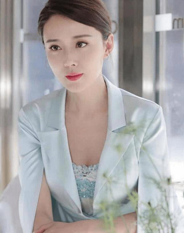 41岁颜丹晨近照像20岁少女,网友盛赞:不愧是最美嫦娥