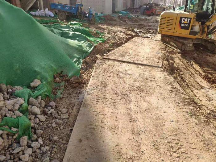 【啄木鸟在行动】中央商务区二钢片区九年一贯制学校及幼儿园项目 施工道路不保洁严重积尘