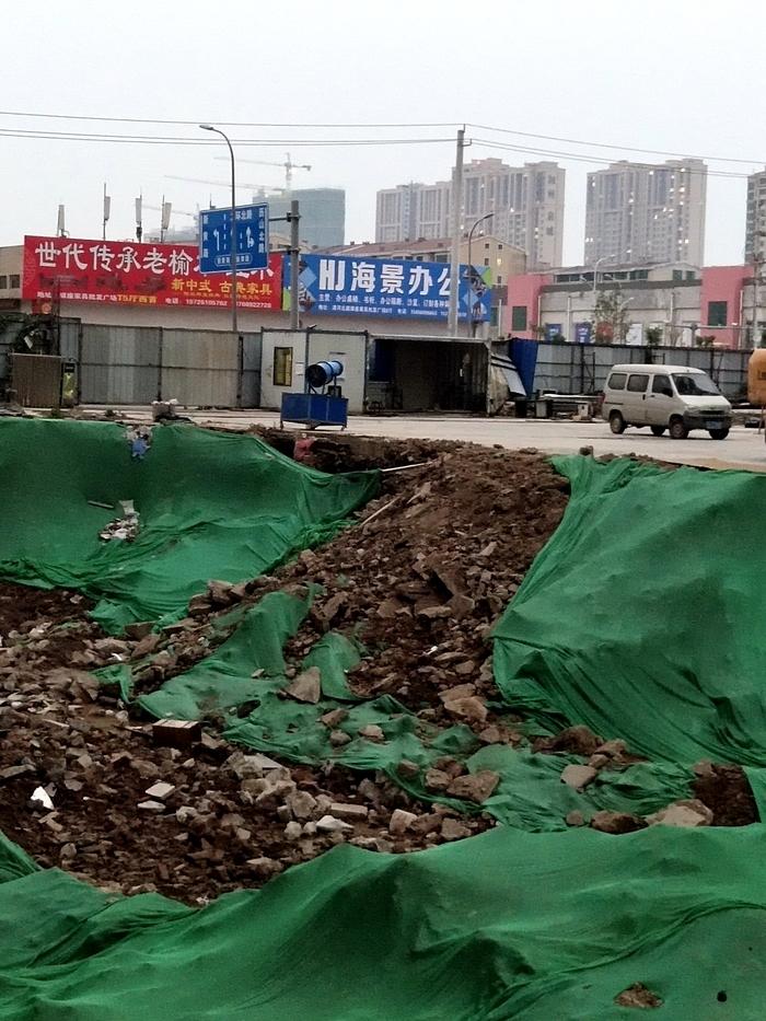 【啄木鸟在行动】天桥区新黄路和舜馨路交叉口东南区域一小区有渣土裸露