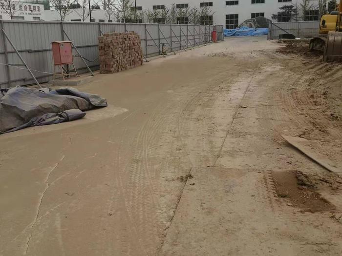 【啄木鸟在行动】济南力生体育用品有限公司项目 施工道路保洁不到位严重积尘