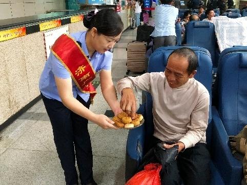 香甜月饼送旅客!济南广场汽车站迎来中秋假期客流小高峰