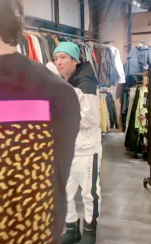 被逼联姻?王思聪排队吃拉面 跟店员热聊,帽子颜色亮了