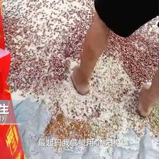 惡心!廣東一市場工人赤腳攪拌谷物,目擊者:腳底都是黑的