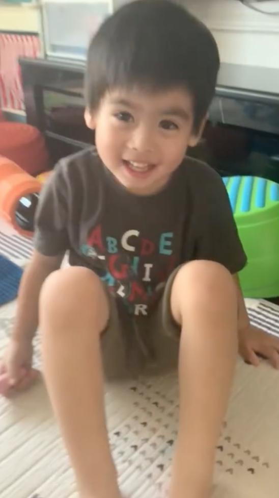 林志颖教3岁儿子学英语 凯凯活泼可爱似迷你小志