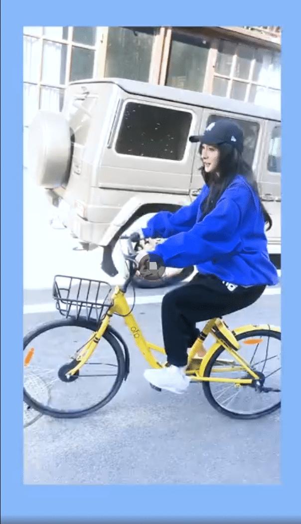大长腿让人羡慕,倡导绿色出行,杨幂骑自行车出行