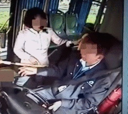 女子因1元车费掌掴公交司机 获刑四年!不冤!